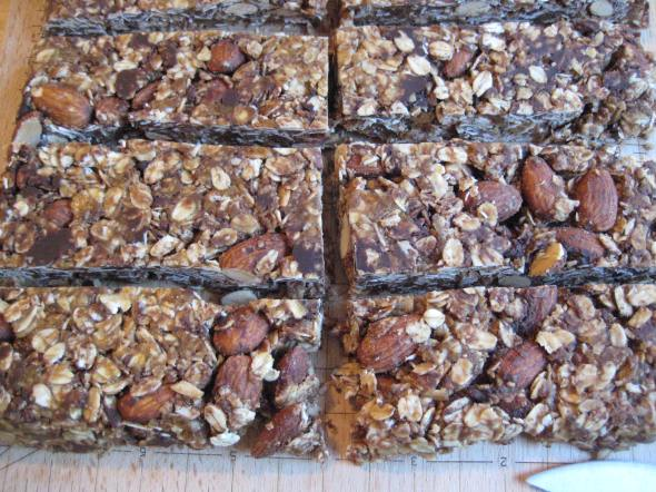 These easy 6 ingredient granola bars from Minimalist Baker might be a new favorite snack!